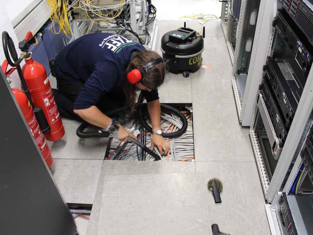 Doppelboden Reinigung im Serverraum