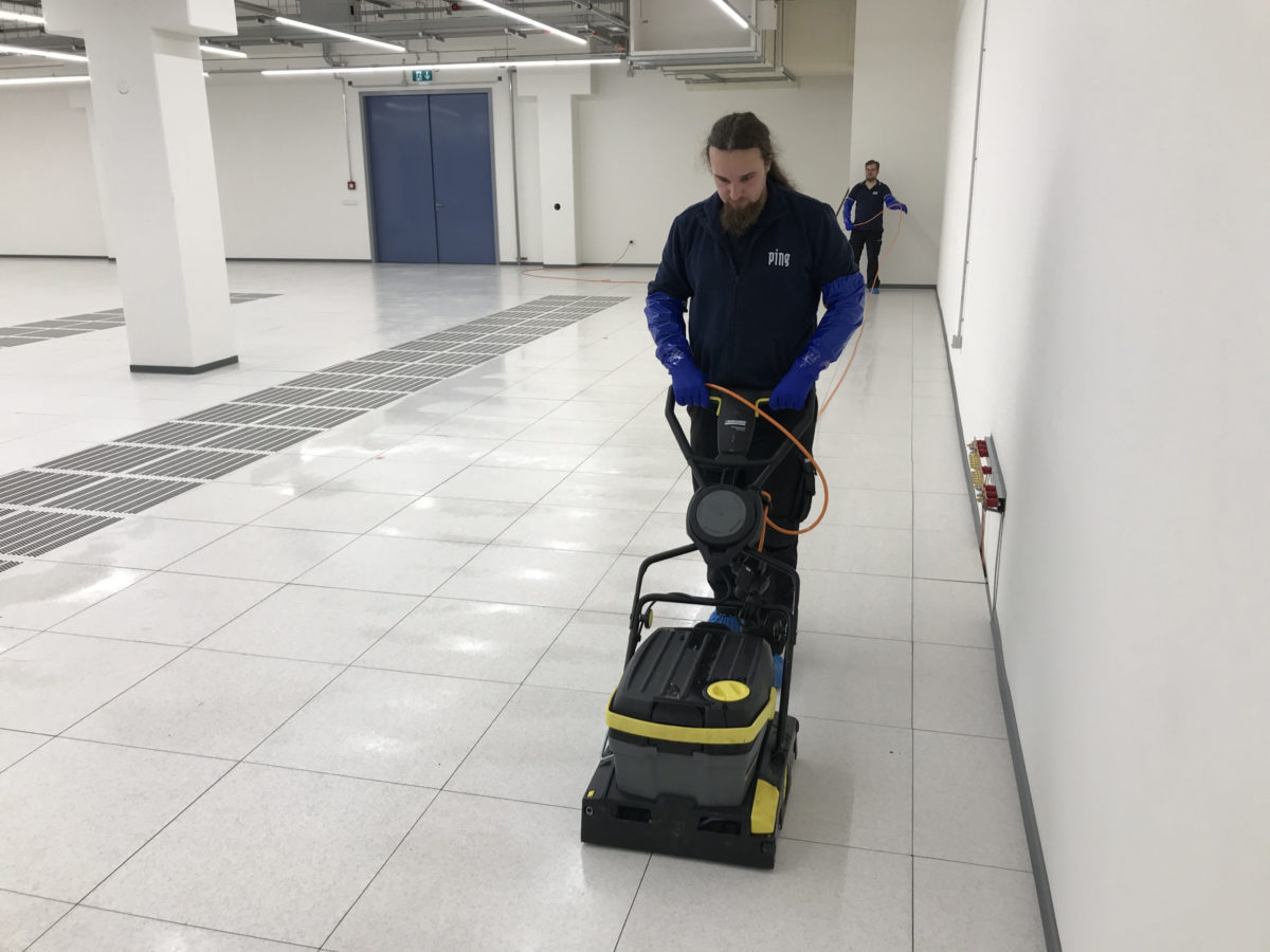 Maschinelle Reinigung und Entschichten der Doppelboden-Oberfläche im Rechenzentrum